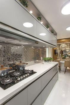revestimento metalizado Ritmos Blues51, e não seria por menos. Ele faz parte da escolha da Designer de Interiores e Paisagista @iarakilaris para esta cozinha super moderna e sofisticada onde o estilo clean dos móveis forma um par perfeito com o metal do revestimento.