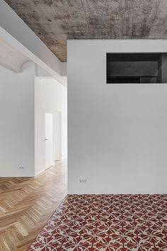This beautifully renovated apartment in Berlin, by local architects Marc Benjamin Drewes and Thomas Schneider, features raw concrete ceilings and floors that combine oak parquet with decorative tiles.