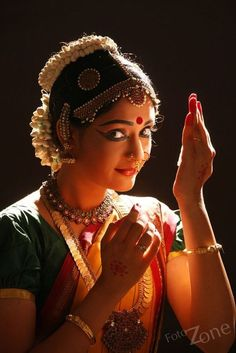 Beautiful dance art in India Folk Dance, Dance Art, Bollywood, Hindus, Indian Classical Dance, Indian Photoshoot, Dance Poses, Portraits, Dance Pictures