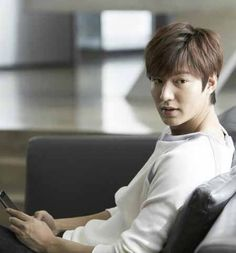Korean actor Lee Min-ho has renewed his modeling contract with a Filipino fashion brand for the fourth time, his talent agency said Wednesday.