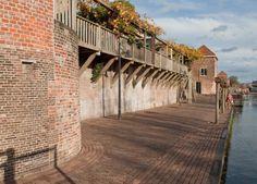 Leerdam is een stad die bekend staat om zijn glasindustrie. Te voet of op de fiets kom langs talloze historische bouwwerken. Er zijn winkels en restaurants.