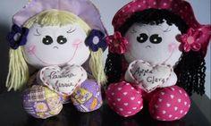 bonecas de fuxico                                                                                                                                                                                 Mais Diy Crafts, Christmas Ornaments, Holiday Decor, Doll, Suzy, Home Decor, Diy And Crafts, Fabric Remnants, Doll Hair