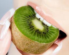 Fruit vert exotique, le kiwi est une mine d'énergie à consommer sans modération durant tout l'hiver. Mais ce n'est pas son seul bienfait... Découvertes.