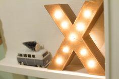 Heb je ze weleens gezien, de grote metalen letters van lampjes erin? Ze zijn…