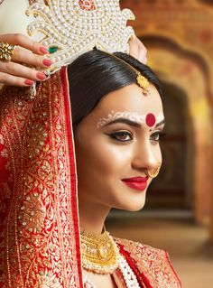bengali bride makeup style Gorgeous Bengali brides that stole our hearts with their stunning wedding looks! Bengali Bridal Makeup, Indian Wedding Makeup, Indian Wedding Outfits, Wedding Looks, Bridal Looks, Wedding Bride, Wedding Ideas, Wedding Girl, Diy Wedding