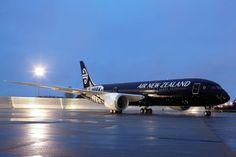 ニュージーランド航空、オールブラックの787-9型機をシアトルでお披露目