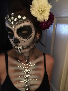 Sugar skull - Jewels - Day of the dead - Makeup - Dia de los muertos - halloween. Hallowen Food , Sugar skull - Jewels - Day of the dead - Makeup - Dia de los muertos - halloween. Sugar skull - Jewels - Day of the dead - Makeup - Dia de los muert. Visage Halloween, Maquillage Halloween Simple, Halloween Inspo, Halloween Makeup Looks, Halloween Halloween, Halloween Costumes, Halloween Skull Makeup, Skeleton Costumes, Halloween Quotes