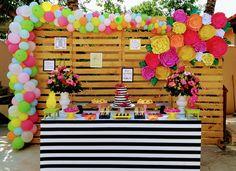 #festatropocal #flamingo #paineldepalets #mesaenvelopada #arcodesconstruido #abacaxi #floresdepapel