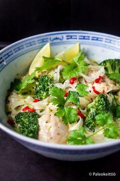 Thaimaalaista kookos-kanakeittoa talveen /// Jos kehosi kaipaa sisäistä lämmikettä ja mielesi lohdullista täyteläisyyttä, niin kokkaa ihanan kermaista ja sopivan tulista, parsakaalilla sekä riisinuudeleillä täydennettyä Thaimaalaista kookos-k…