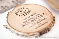 INVITACIONES PARA UNA BODA RÚSTICA  Invitaciones impresas en troncos de árboles. Más en www.unabodaoriginal.es/blog