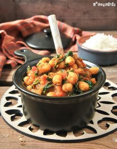 Chickpea and spinach curry. Chickpea and spinach curry (in Spanish) No Salt Recipes, Soup Recipes, Vegetarian Recipes, Healthy Recipes, Healthy Food, Chickpea And Spinach Curry, Legumes Recipe, Indian Food Recipes, Ethnic Recipes