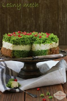 spinach cake w/lemon gelatin cream layer & pomegranate seeds recipe - translator on page Moss Cake, Spinach Cake, Mascarpone Cake, Pastry School, Forest Cake, No Bake Desserts, Let Them Eat Cake, Cake Cookies, Yummy Cakes
