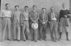 30s Menswear. Trang phục nam giới những năm 30 với quần cạp cao, áo sơ mi cổ nhọn.