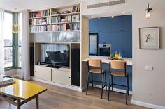 טיפ 1: חלוקה לאזורים באמצעות צבע (כאן המטבח בכחול) יוצרת אשליה של עומק. דירה בעיצוב ורד בונפיליולי ( צילום: שי אפשטיין )