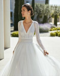 Princess-style beaded lace and extra soft tulle wedding dress. Deep-plunge neckline, V-back and long raglan sleeves. With full skirt and guipure lace detail on the neckline and belt. Top Wedding Dresses, Wedding Dress Trends, Wedding Dress Sleeves, Bridal Dresses, Dresses With Sleeves, Dress Lace, Classy Wedding Dress, Wedding Dress With Belt, Lace Wedding