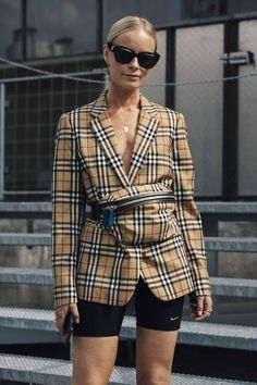 The best Copenhagen Fashion Week Street Style documented by Vogue's street style photographer Søren Jepsen. As ever, influencers and street style stars graced the pavements of Copenhagen Fashion Week with their finest looks. Street Style Trends, Look Street Style, Street Styles, Trend Fashion, Moda Fashion, Latest Fashion Trends, Fashion 2018, Vogue Fashion, Cheap Fashion