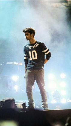 It's you zayn . Zayn Malik Style, Zayn Malik Pics, Zayn Gif, Zany Malik, Music Competition, 1d And 5sos, Bollywood Actors, Bad Boys, One Direction