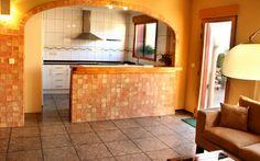 Barra Americana entre el salón comedor y la cocina en casa rural Ca LLuis