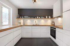 Binnenkant : Twee witte keukens...