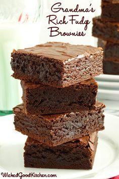 Old-Fashioned Fudge Brownies rico de la abuela por WickedGoodKitchen.com ~ Fudgy, rico y duro, con un interior muy húmedo y un brillante, qu...