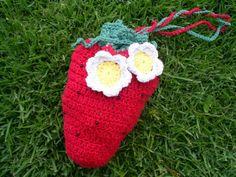 Bolsa em crochê moranguinho, feita em barbante de algodão.  Forrada em tecido de algodão vermelho com bolinhas brancas,  tem um bolso.  Lindo presente para menias... R$ 50,00