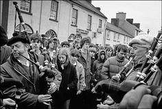 1981 - Irish pipers prepare to lead the funeral procession of hunger striker Bobby Sands, Belfast, Photo by Ian Berry. Bobby Sands, Irish Independence, Sundays Child, Northern Ireland Troubles, Narrative Photography, Irish People, Irish Eyes Are Smiling, Irish Roots, Irish Celtic
