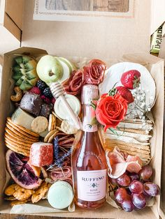 Charcuterie Recipes, Charcuterie And Cheese Board, Charcuterie Platter, Party Food Platters, Cheese Platters, Cheese Boxes, Antipasto, Comida Picnic, Graze Box