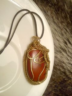 Prívesok s jaspisom, medený, červený jaspis, tepaný prívesok, drôtený šperk, medený šperk