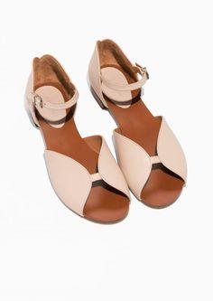 Round cut sandals. Beige