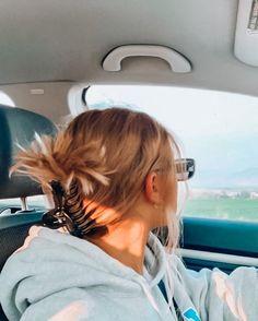 Messy Hairstyles, Pretty Hairstyles, Hair Flip, Aesthetic Hair, Aesthetic Fashion, Foto Pose, Dream Hair, Hair Dos, Hair Hacks