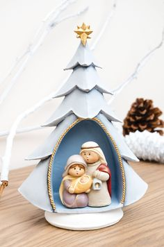 José, Maria e Jesus na árvore de Natal Christmas Manger, Christmas Clay, Christmas Projects, Christmas Time, Christmas Ornaments, Diy Christmas Village Displays, Christmas Decorations, Polymer Clay Dolls, Polymer Clay Crafts