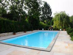 Hier lässt sich der Sommer genießen: Ein Poolbereich mit Sandstein Yellow Mint-Platten – jonastone