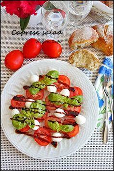焼き立てリュスと カプレーゼサラダ**Caprese salad : Wagon Café