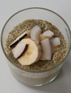 Chiapudding er så utrolig enkelt å lage. Det eneste du trenger å gjøre er å røre sammen ingrediensene kvelden før, og sette i kjøleskap. Neste dag har du en deilig næringsrik chiapudding klar til servering. Jeg lager dem i mange varianter. Her har du én av dem – gylden chiapudding med kokos og banan. Oatmeal, Paleo, Gluten, Breakfast, Food, The Oatmeal, Morning Coffee, Rolled Oats, Essen