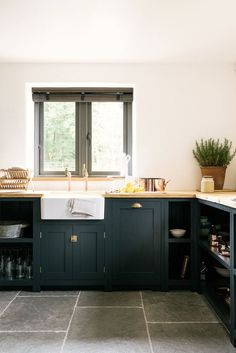 Kitchen : Dark green-blue cabinets / Cuisine : meubles vert canard