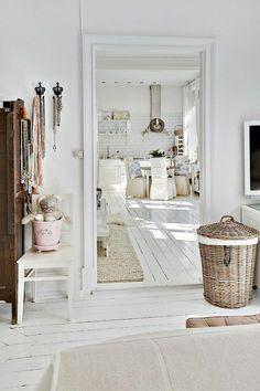 parquet blanc, joli appartement scandinave, sol en bois peint blanc