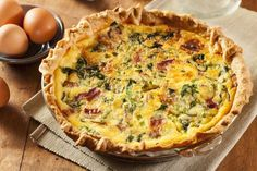 This Bacon and Spinach Quiche recipe can be served both hot or cold. Bacon, spinach and green onions are used as a means of enriching the standard quiche, while the hot pepper sauce and Worcestershire sauce add a bit of zest and flavor to the recipe. Breakfast And Brunch, Breakfast Quiche, Sunday Brunch, Brunch Menu, Brunch Party, Easter Brunch, Quiche Camembert, Halloumi Burger, Spinach Quiche Recipes