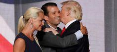 Trump Jr. se abraza con su padre, ante la mirada de su esposa