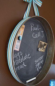 Cake pan + chalkboard paint = rustic note board