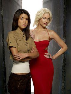 Грейс Пак (Grace Park) и Тришиа Хелфер (Tricia Helfer) для «Battlestar Galactica»