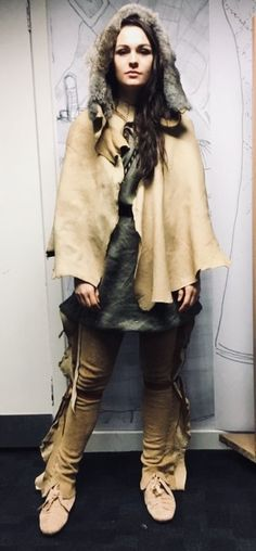 """Here are some costume pics of Sophie Skelton for episode of Outlander """"The Birds and the Bees"""", from Terry Dresbach. Outlander Novel, Outlander Season 4, Outlander Casting, Claire Fraser, Jamie And Claire, Terry Dresbach, Scottish Clothing, Drums Of Autumn, Hollywood Costume"""