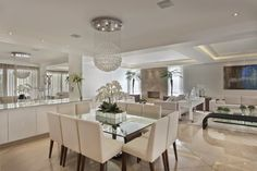Sala de Jantar, mesa quadrada, cadeiras estofadas, Buffet, Lustre
