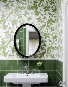 me encanta la combinación de azulejos y tapiz