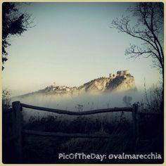 La #PicOfTheDay di #TurismoER oggi celebra la chiusura del contest #Instagram #MyER_Castles con questa bellissima veduta della fortezza di #SanLeo. Non sembra anche a voi un isola tra le nebbie? =) Complimenti e grazie a @valmarecchia