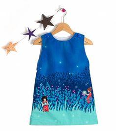 Dieses gefütterte Kleid ist erhältlich in den Größen 56 - 128. Das Kleid schließt mit zwei Knöpf...