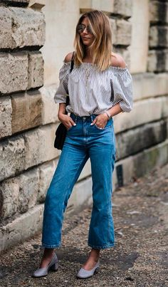 Streeet style look com blusa ombro a ombro e cropped jeans