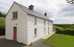 Lime mortar finish on farmhouse very nearby Irish Cottage, Old Cottage, Cottage Plan, Cottage Homes, Country Farmhouse Exterior, Farmhouse Windows, Farmhouse Ideas, Farmhouse Renovation, Farmhouse Remodel