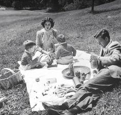 Une journée en famille avec le couple Jennifer Jones et Robert Walker en 1943 sous l'objectif de John Florea.