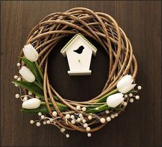 Neutrácejte stovky korun za jarní věnce: Vzala obyčejný kruh z proutí a vytvořila něco úžasného! Tohle budete určitě chtít.. | Prima Easter Projects, Easter Crafts, Wreath Crafts, Diy Wreath, Easter Wreaths, Christmas Wreaths, Welcome Wreath, Summer Wreath, Crafts To Do