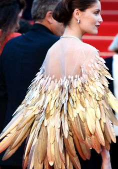 ariel - Laetitia Casta in Christian Dior Couture at the Zulu Premiere, Cannes Film Festival. Cloak, cape with gold feathers. Interesting, maybe as Steampunk inspiration. Laetitia Casta, Christian Dior Couture, Cannes Film Festival, Fashion Details, Fashion Design, Fashion Images, Glamour, Moda Fashion, Mode Outfits